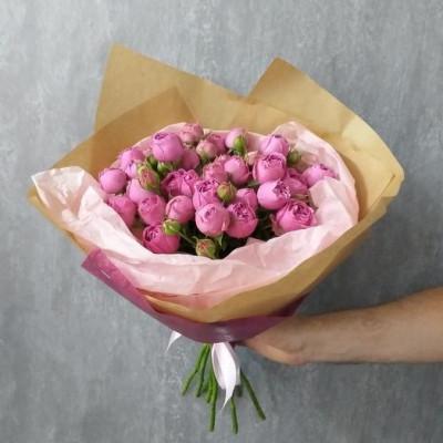 7 кустовых роз в упаковке