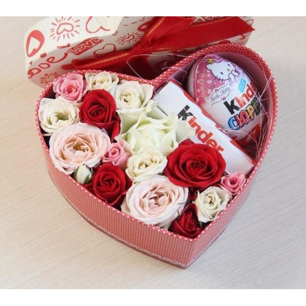 Композиция с кустовыми розами и сладостями