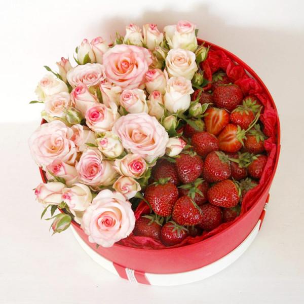 Композиция с кустовой розой и клубникой