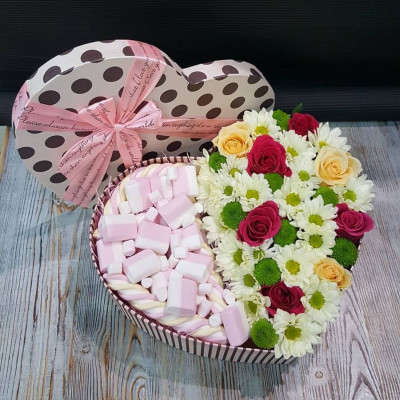 Композиция с цветами и маршмеллоу