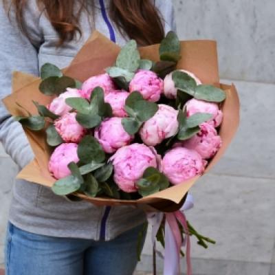 13 розовых пионов
