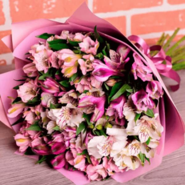 15 бело-розовых альстромерий в упаковке