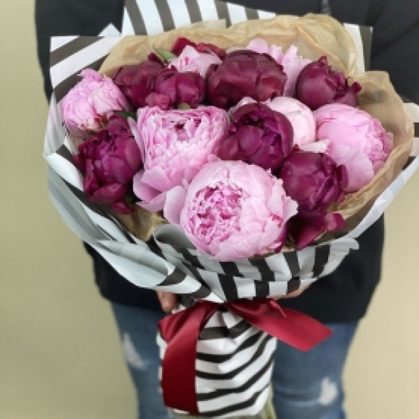15 розово-сиреневых пионов