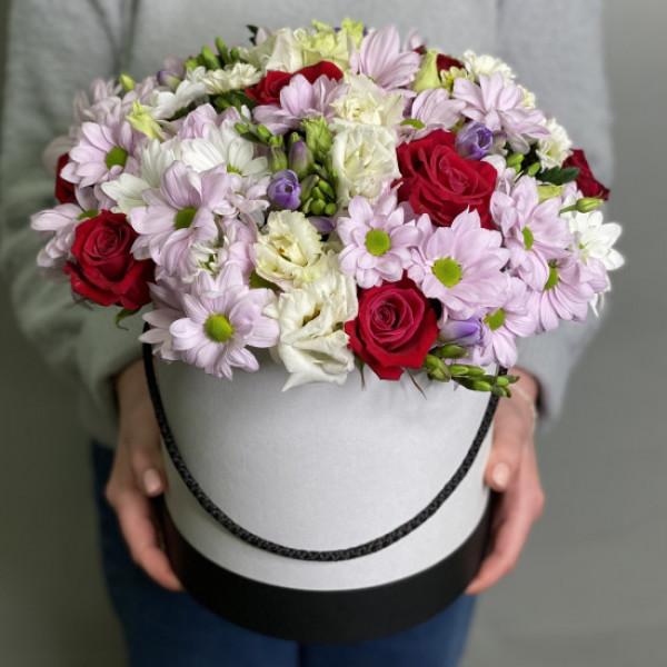 Композиция с кустовой хризантемой и розой