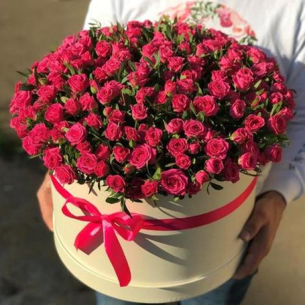 Композиция из 101 малиновой кустовой розы