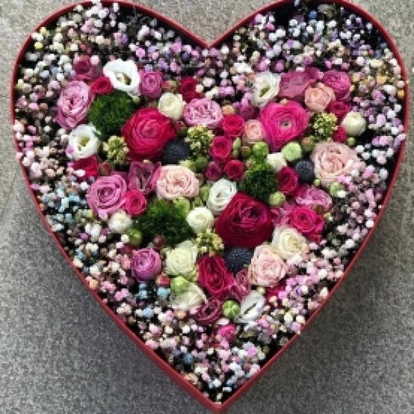 Композиция с кустовой розой и гипсофилой