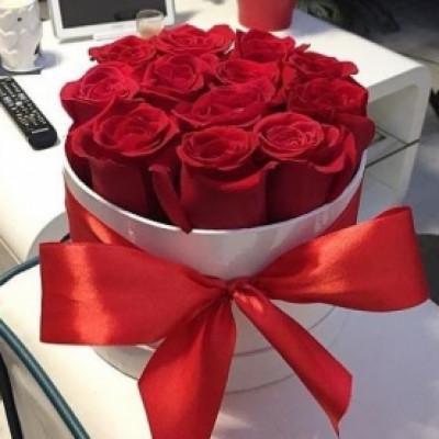 11 красных роз в коробке