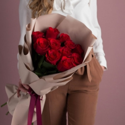 11 красных роз в упаковке