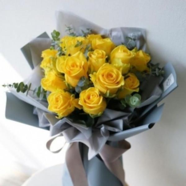 15 желтых роз с зеленью