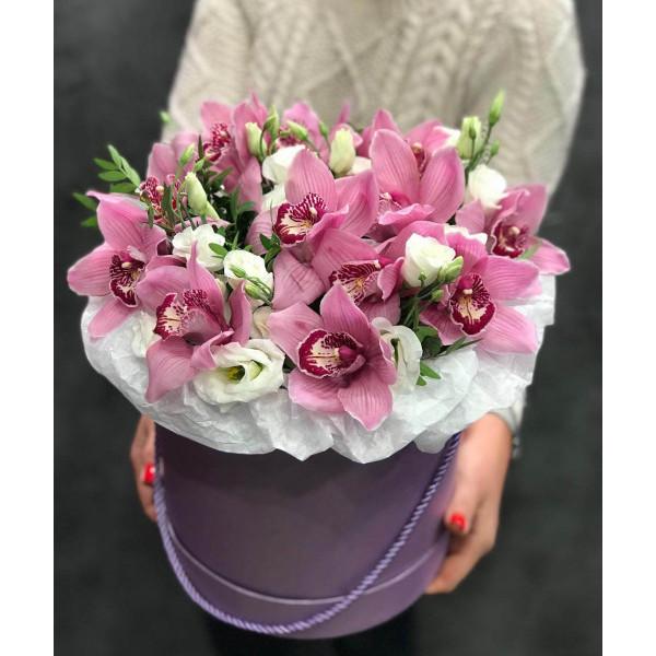 Композиция из розовых орхидей и эустом