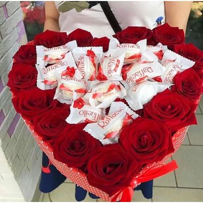 Композиция в сердце с розами и конфетами