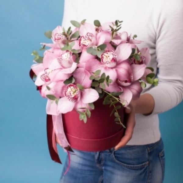 Композиция из 15 розовых орхидей