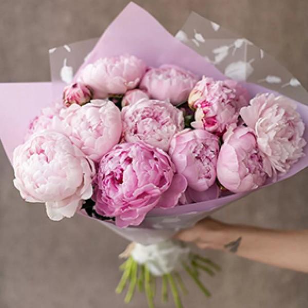 15 розовых пионов