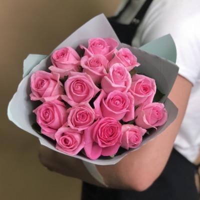 15 ярко-розовых роз в упаковке