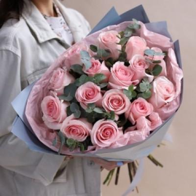 15 розовых роз с зеленью в упаковке