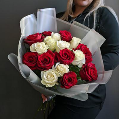 17 бело-красных роз