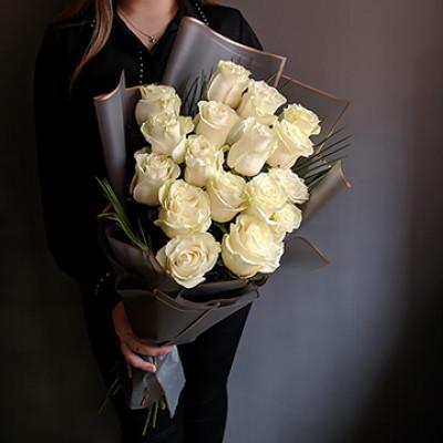 17 белых роз в упаковке