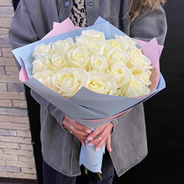 19 белых роз в упаковке