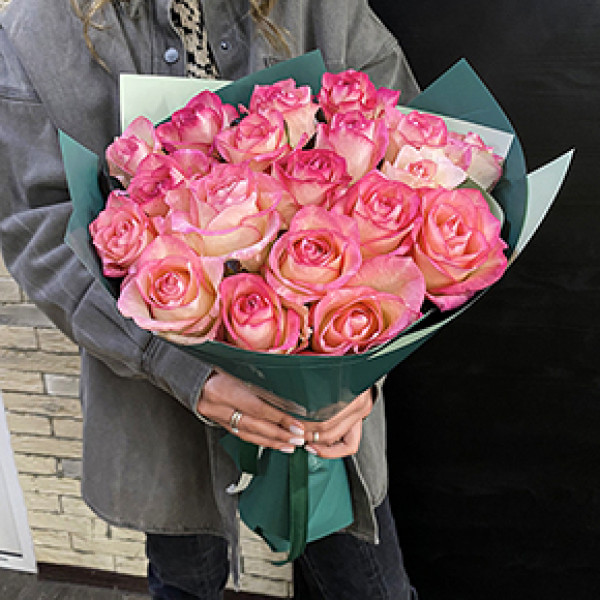 19 бело-розовых роз в упаковке