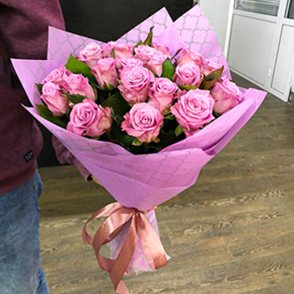 19 сиреневых роз в упаковке