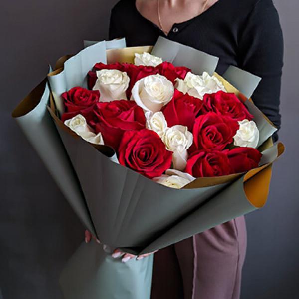 21 бело-красная роза