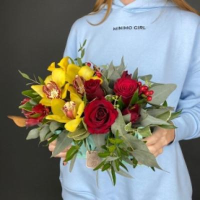 Композиция с орхидеей и розой в ящике