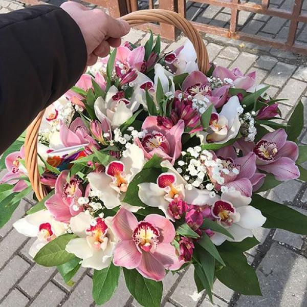 Корзина с альстромерией и орхидеей