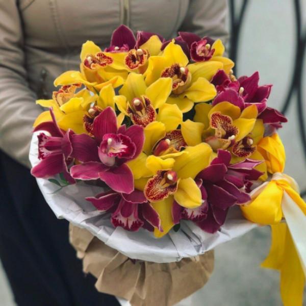 Букет из 25 желтых и малиновых орхидей