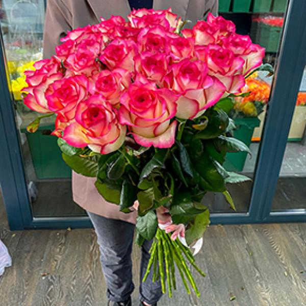 25 розово-белых роз
