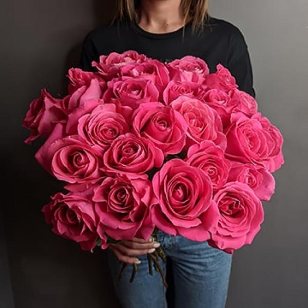 25 малиновых роз с лентой