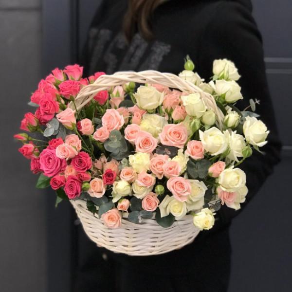 Корзина с 25 кустовыми розами