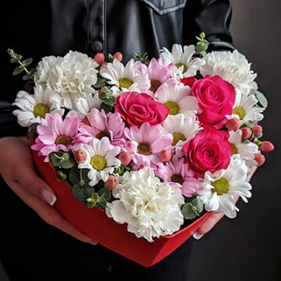 Композиция в Сердце  с розами и хризантемой
