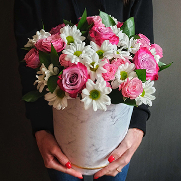 Композиция с розой и кустовой хризантемой