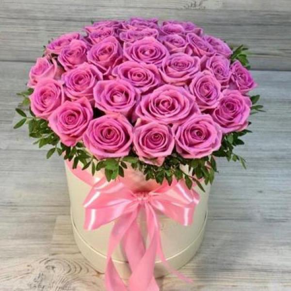 Композиция из 29 розовых роз с зеленью