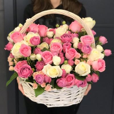 Корзина с розами и кустовыми розами