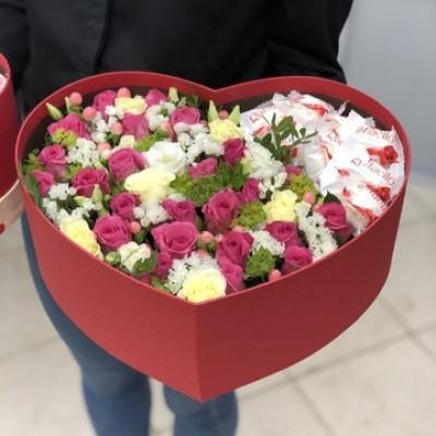 Композиция с кустовой розой и конфетами