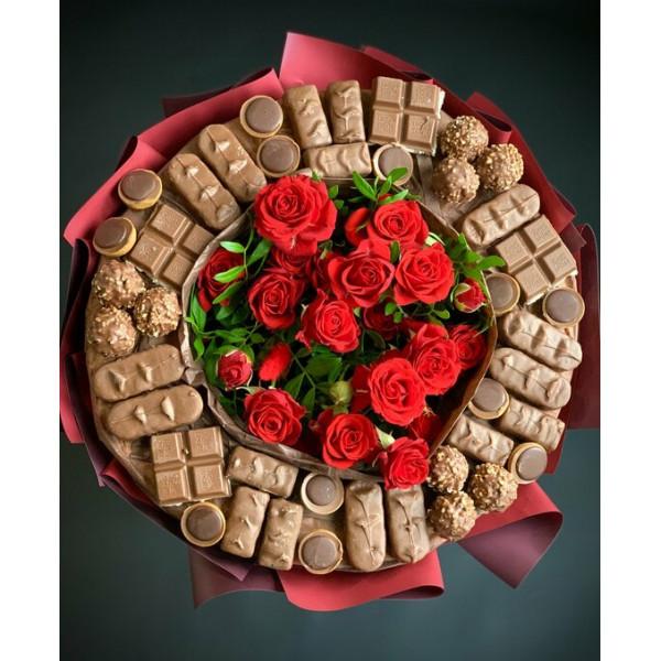 Букет из кустовой розы и сладостей
