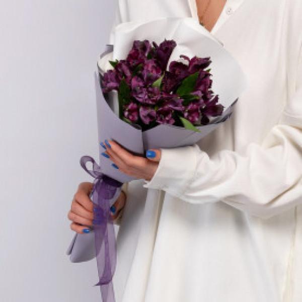 5 фиолетовых альстромерий в упаковке