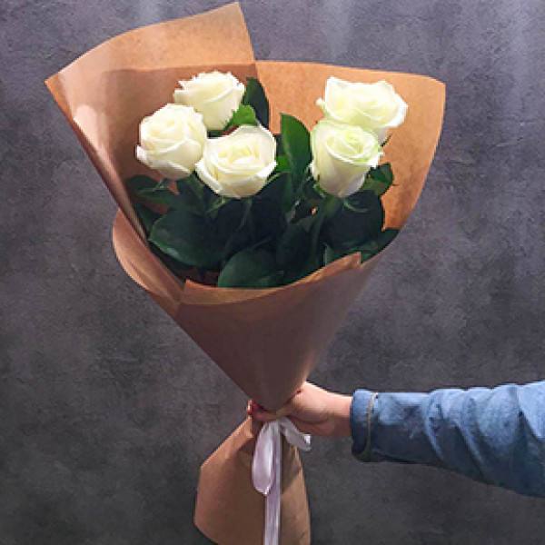5 белых роз в упаковке