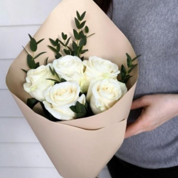 5 белых роз с зеленью