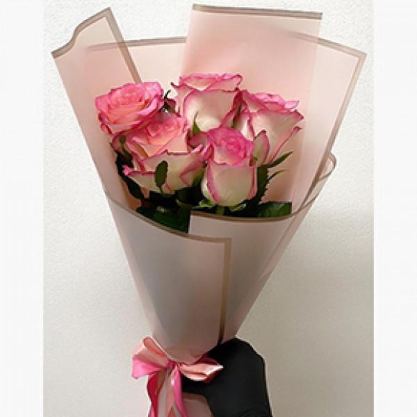 5 бело-розовых роз