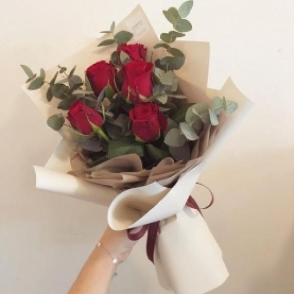 Букет из 5 красных роз с зеленью