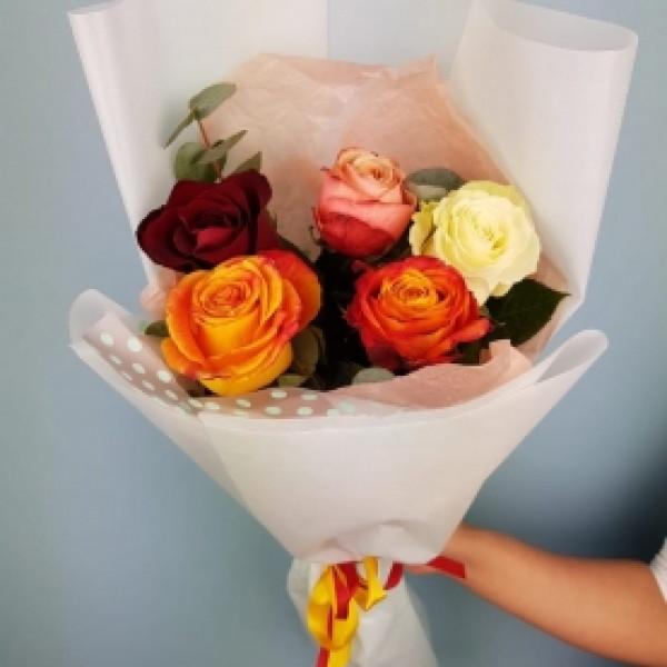 Букет из 5 разноцветных роз с зеленью