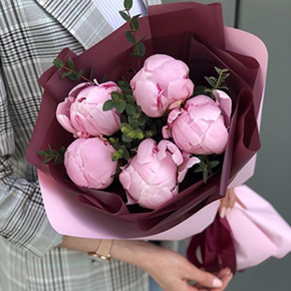 5 розовых пионов с зеленью