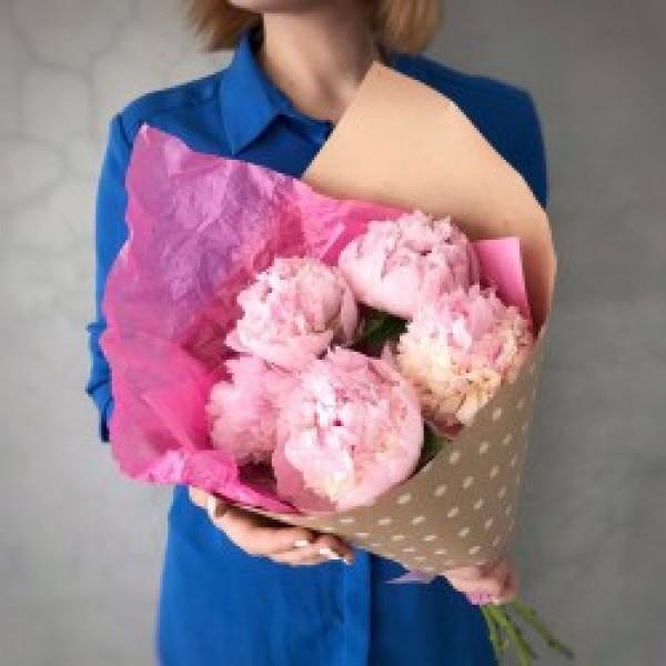5 розовых пионов в упаковке