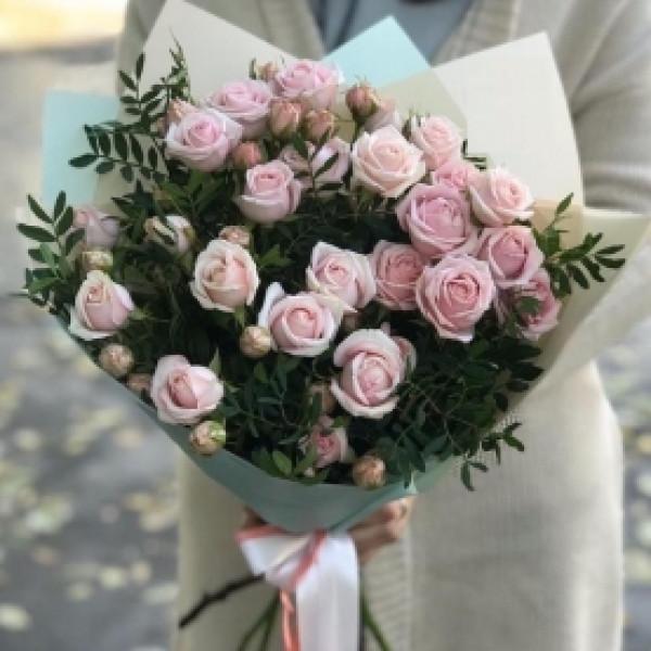 Букет из 5 нежно-розовых кустовых роз с зеленью