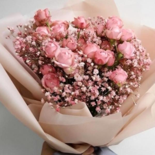 Букет из 5 коралловых кустовых роз с гипсофилой