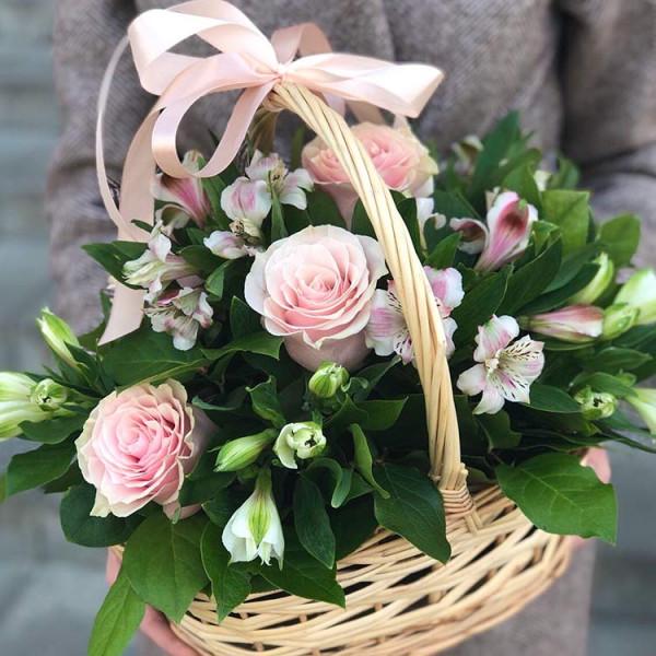 Корзина с розами и альстромерией