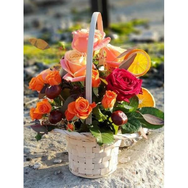 Корзина с розами и апельсином