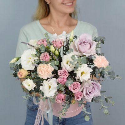 Композиция с эустомой, розой и лавандой